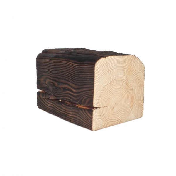 Kattopalkki (rustica-sävy), jossa puun luonnonreuna on jätetty ennalleen.