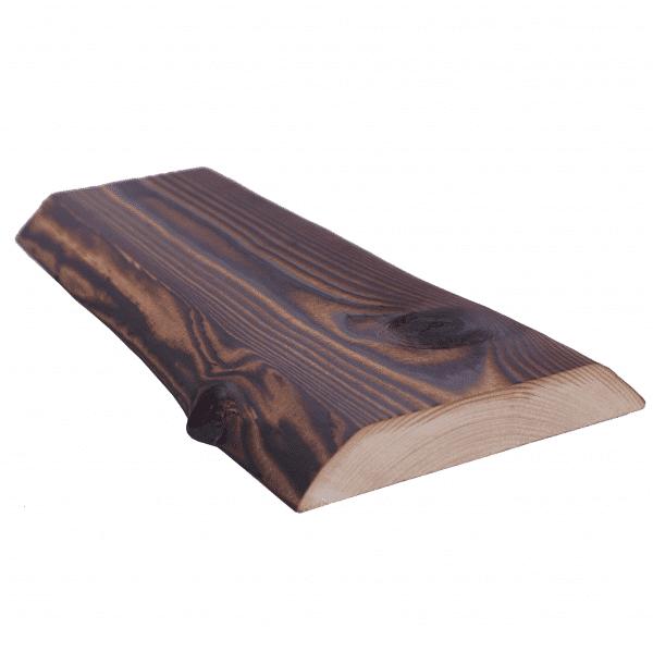 Tuppeensahattu lauta (rustica-sävy) viistossa niin, että puun ennalleen jätetty luonnonreuna näkyy.
